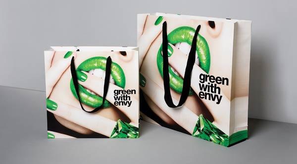Xu hướng sử dụng các loại túi giấy thời trang làm bao bì sản phẩm ngày càng trở nên phổ biến. Cùng với sự phát triển rộng rãi của các loại túi giấy thời trang là sự ra đời của các chất liệu giấy in mới cũng như các kĩ thuật in túi giấy thời […]